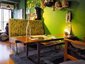 """古民家を改装した店内は、店名の""""森林""""らしく緑が多く配置され、壁紙もグリーンです。奥にあるお庭にも植物がたくさん植えられているそう。"""