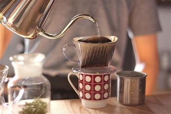 目の前で丁寧に淹れてくれるコーヒー… 鼻腔を抜ける豊かな香り… 眺めている時間も贅沢に感じます。