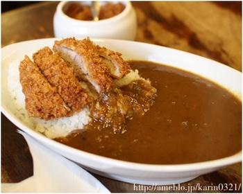 厚切りのとんかつがのった「カツカレー」が有名です。 淡路島の玉ねぎをじっくり炒めた甘みとじっくり煮込んだ辛めのルーがあと引く美味しさ。揚げたてサクサクのカツもたまりません。 カレースパゲッティやカレートーストなどもメニューもあります。
