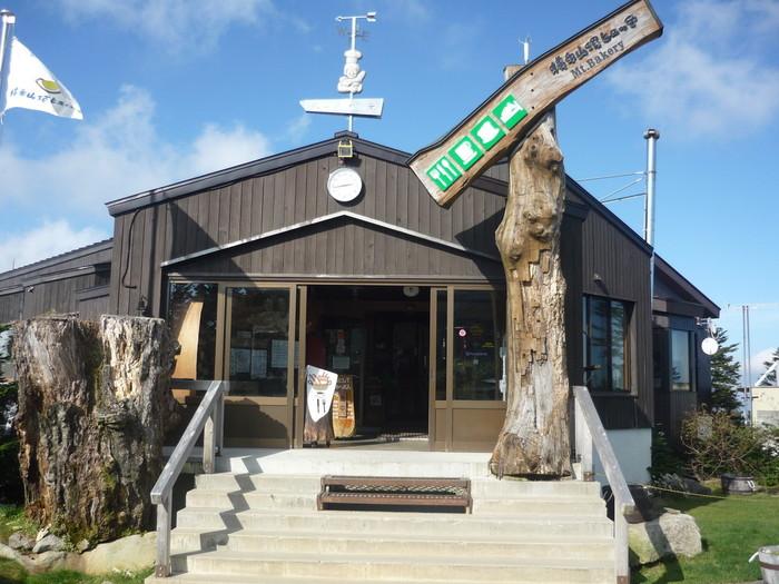 横手山頂ヒュッテ雲の上のレストランはカジュアルな山小屋風の佇まい。人気のパンは午前中に購入するのがお勧めです。
