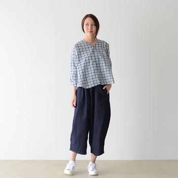 こちらはサルエルとワイドパンツを合わせたようなまあるいシルエットが可愛いボールパンツ。 難しそうに見えるデザインですが、シャツでも、TシャツでもOKな合わせやすいデザインです。