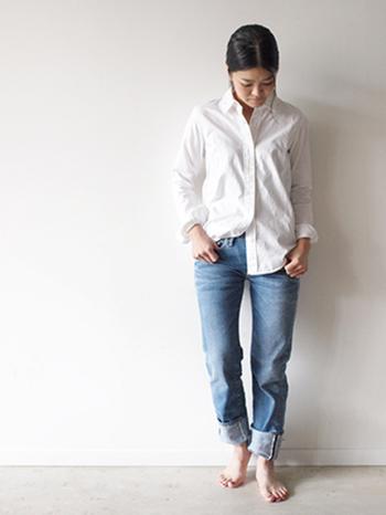 ボーイフレンドデニムを履くように腰で履いたストレートデニムは、細身の彼のもの?と思わせるようなゆったり感が素敵。 シンプルにシャツと合わせて大人っぽさもプラス。