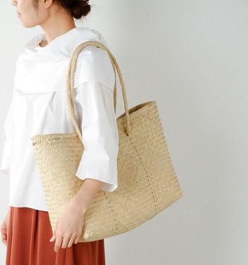 夏はやっぱりかごバッグが欲しくなりますよね。こちらはヤシの葉を乾燥させた繊維を使用し、伝統的な模様で編みこまれているのでシンプルながらも存在感があって◎。たっぷり荷物が入るサイズですがとても軽いので、日々のお買い物にもオススメです。