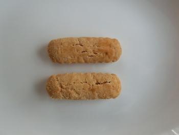 《材料》※約10枚分  ・薄力粉…100g ・上白糖…50g ・ラード…50g  ※基本の材料の割合は、薄力粉(1):ラード(0.5):砂糖(0.5)と覚えておきましょう!  《作り方》  1.室温に戻したラードと砂糖を、クリーム状になるまで混ぜたら、小麦粉を加えまとめる。  2.まとめた生地を整形して、天板に並べる。  3.予め200℃に温めておいたオーブンに入れ、約10分焼いて完成。 (※形状によって焼く時間は変わります。各レシピを参照のこと。)