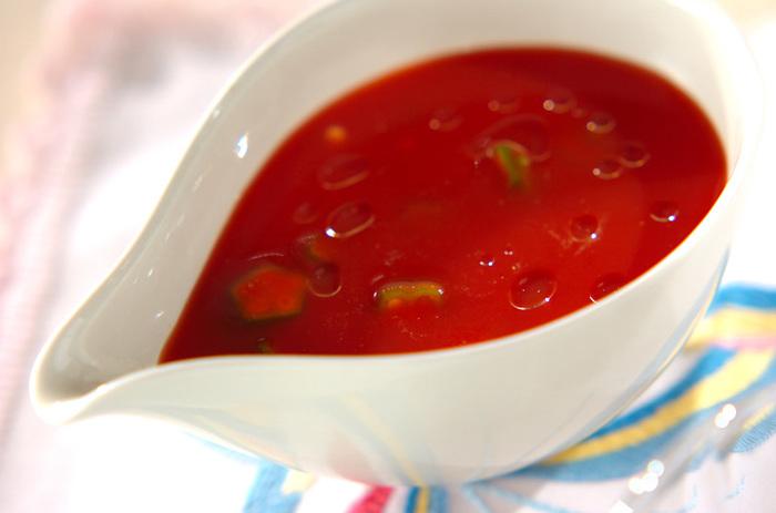 無塩のトマトジュースに刻んだオクラを混ぜて作る冷たいスープのレシピです。お鍋を使わないので、暑い日のキッチンでも楽に作れますね。  トマトの味を楽しむために、塩コショウは少なめがおすすめです。暑い夏に飲めば、夏バテせずに過ごせそうです。