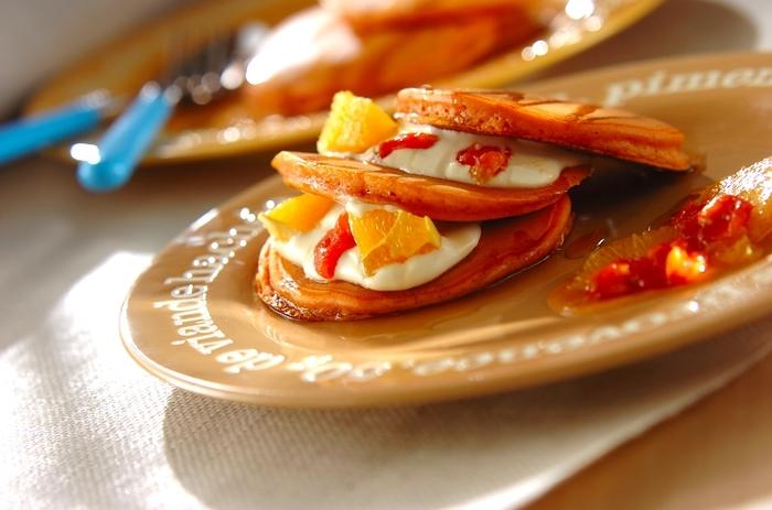ほんのりピンク色のパンケーキには、トマトジュースが入っています。ホットケーキミックスを使うので、お料理初心者さんも失敗なく作れますよ。スイーツとしていただきたいので、無塩のトマトジュースを入れてくださいね。  トマトの味や香りはしないので、トマトがニガテなお子さんも喜んで食べてくれそう。メイプルシロップと生クリームを混ぜた特製クリームを添えればおうちカフェが楽しめます。