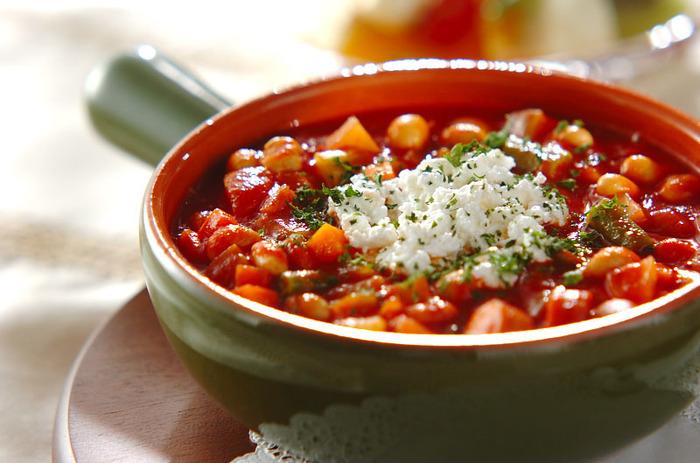 メキシコの人気料理「チリコンカン」は豆や野菜をトマトで煮込んだ料理です。手間がかかりそうなイメージですが、無塩トマトジュースを使えば手軽にできるんですよ。  野菜を軽く炒めたら、トマトジュースとピューレを入れてゆっくり煮込みます。数種類の野菜が一度に食べられるメニューは、これだけでおなかが満足できるので忙しい日に作っておくと楽ちんです。  栄養バランスの良いおかずなので、帰りが遅いパパの夜食にもおすすめです。