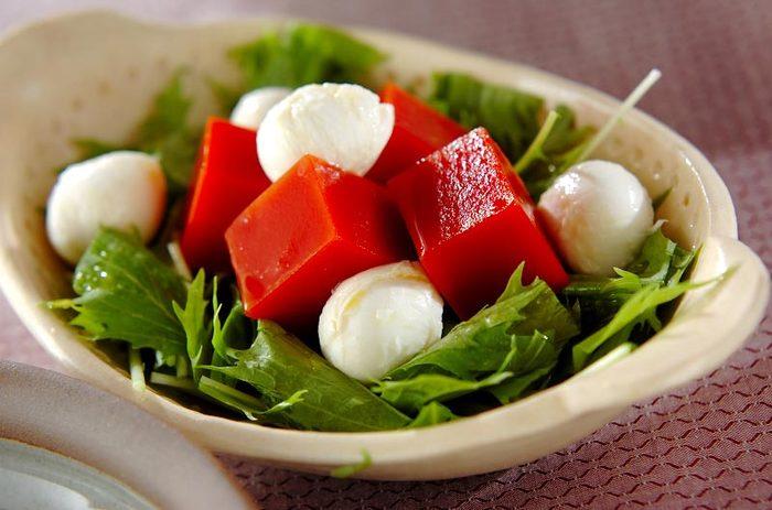 トマトジュースで作った真っ赤な寒天は、サラダの色どりをぱっと明るくしてくれます。トマトジュースと粉寒天を加熱して固めるだけで作れるので、朝作っておけば夕ごはんにトッピングするだけでOK。  トマトジュースは有塩・無塩どちらでも作れますが、有塩のものを使う場合はドレッシングの量を控えめにすると良いです。