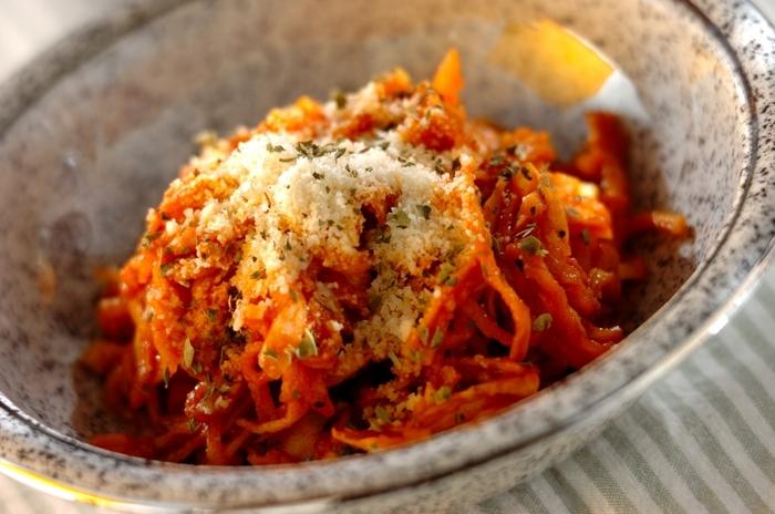 お醤油仕立ての煮物にすることが多い切り干し大根を無塩のトマトジュースで煮ました。アンチョビやニンニクを使ってイタリアン風にいただくのもおいしいんですよ。  切り干し大根独特の香りがニガテ、という方もしっかり味のトマト煮なら食べやすいので、ぜひ試してみてくださいね。