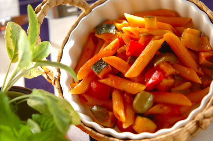 お鍋一つで作れる「ワンポットパスタ」は、主婦のひとりランチにぴったりです。今回は夏野菜をたっぷり入れたペンネを作りました。  フライパンで野菜を炒めたら、無塩のトマトジュースを入れてひと煮立ち。沸騰したらペンネを加えてゆでます。トマトジュースの旨みがペンネに絡んでたまらないおいしさです。
