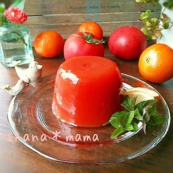 オレンジジュースと無塩トマトジュースで作る簡単スイーツです。果汁を絞ったり裏ごししなくても良いのでジュースを使ったゼリーはとても重宝しますよね。色も鮮やかでおもてなしにも良さそうです。  材料を混ぜるだけなので、10分あればOK。あとは冷蔵庫にお任せでぷるんと冷たいスイーツがいただけます。