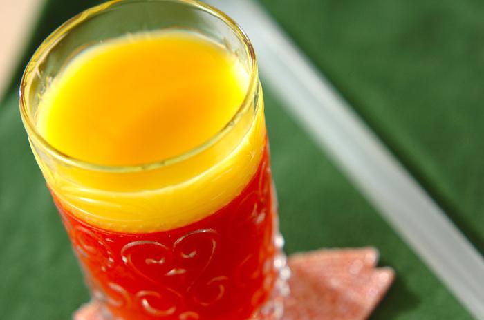 2層が美しいスイーツは女子会やホームパーティーで喜ばれそうな1品です。無塩のトマトジュースをゼリー液にしてグラスで冷やし固めたら、そっとオレンジジュースを注ぎます。  そうすることで、層が崩れずにキレイな状態をキープできるんですよ。飲む時は、太めのストローでオレンジジュースと一緒にいただくのがおすすめです。