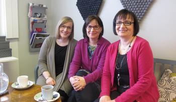 デザイナー、アンネ・エリナ・サリー  もともと友人同士だったサリーとアンネが、一つのフェルトボールと出会った事からデコランドの物語がスタートします。デコランドは、3人のフィンランド人女性が運営しています。