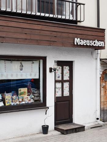 """「モイスェン」は西荻窪駅から徒歩3分ほどのところにある、小さな焼き菓子屋さん。白い壁と木の質感が、まるで東欧の田舎のおうちのようで可愛いですね。店名はドイツ語で""""ちいさな子ネズミちゃん""""という意味だそう。ウィンドウには奥様が集められているという雑貨が飾られています。"""