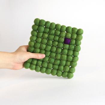 用途いろいろ、フェルトマット。2cmフェルトボールが9列なので、先ほどのポットマットより一回り小さいサイズです。