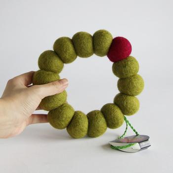 こちらは、大きなフェルトボールが繋がった、リースのようなポットマット。