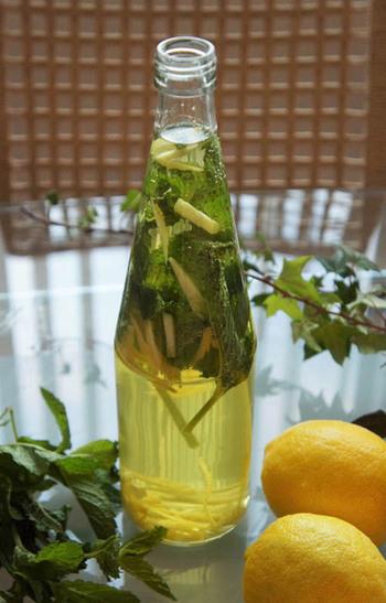 レモンとミントのお水  一番簡単にできる活用方法は、いま流行りのフレーバーウォーターです。 作り方は簡単、ミントとレモンを洗ってをポットに入れ、水を注ぐだけ。