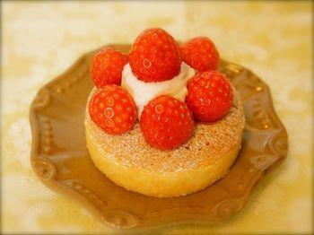 タルトやケーキもあります。まるくて小さないちごのタルトは、まるでキラキラ輝く赤い宝石のよう。アーモンドの素朴なビスキュイにいちごクリーム、そしていちごがたくさん。アーモンド生地の中には、いちごジャムが入っています。