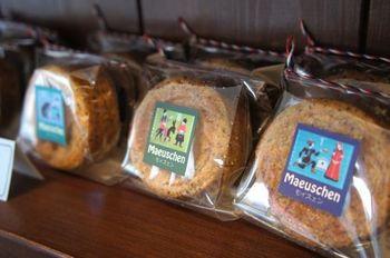 さくほろ食感の分厚いクッキーは人気商品。色々な味がありパッケージも可愛いので贈り物にも喜ばれそうですね。
