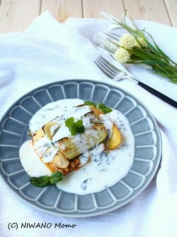 ミントヨーグルトソースは、お肉やお魚お野菜と、なんにでもバッチリ合っちゃう万能ソースなんです♪ 見た目も美しいのでおもてなしにもおすすめ!