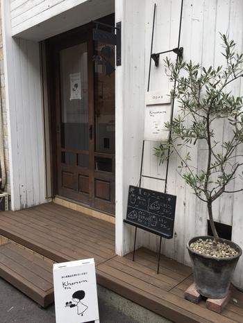 「カナム」は、2010年にオープンした西荻窪徒歩3分のマクロビスイーツのお店です。お店は南口の仲通街を抜け小道に入ったところにあり、小さくて見落としやすいので、この可愛らしい女の子の看板を目印に辿りついて。