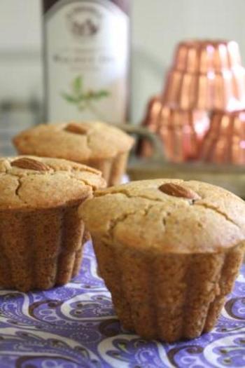 甘みにはメープルシロップを。ラム酒の風味が効いた大人っぽいカップケーキのできあがり。