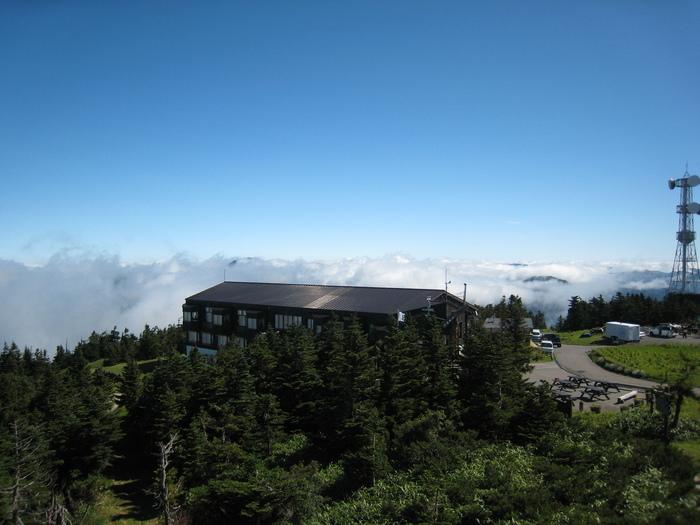 横手山頂ヒュッテは長野県横手山の標高2,307mに位置しています。そこは豊かな自然溢れる雲の上の別世界でありながら、登山経験が無くてもリフトや車でアクセスできる稀有なスポットです。