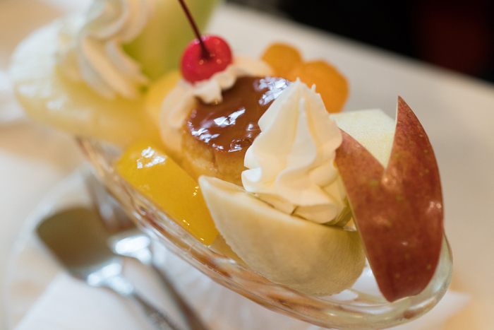 初めて食べても「懐かしい!」と言いたくなるプリンアラモード。うさぎリンゴがかわいい!