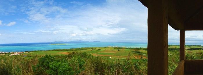 小浜島で一番高い場所にある展望台です。360度、ぐるりと大パノラマを楽しめます!太陽の光が海面をキラキラ照らして、とってもキレイ。