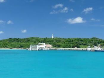 瑠璃色の海が魅力の鳩間島。ドラマ「瑠璃の島」が撮影された場所として名が知られるようになった人口約50名ほどの小さな島には、観光地らしい観光地はないけれど、心行くまでのんびり島時間を満喫したり、手つかずの自然を肌で感じることができます。