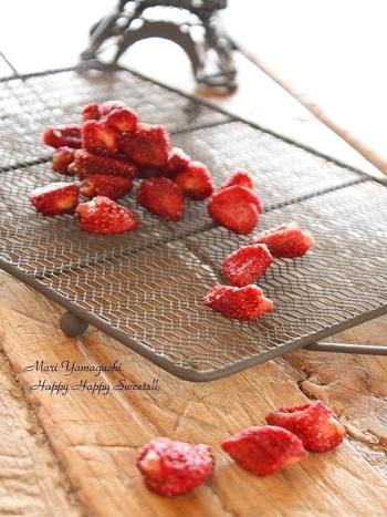 お砂糖で煮た苺をオーブンで焼いてから天日干ししています。 手間がかかるようですが、意外と簡単!ティータイムのお供や、小腹が空いた時などつまめば、贅沢な気分が味わえそう。