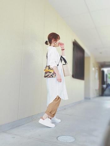 白のリネンシャツとチノパンのシンプルな着こなしに、カモフラージュ柄のサコッシュを合わせれば、さり気なくオシャレなポイントになってくれます。