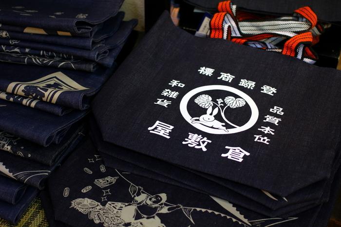 「kojima market place」は、児島デニムに特化したショップ。ジーンズやシャツなどの衣類の他、アクセサリーや小物、雑貨等なども充実しています。特にバックや小銭いれといった小物類は、老若男女問わず使えるものが揃っているので、土産探しにも便利な店。デニムは丈夫な素材、職人による加工も丁寧で、長く使え、また使えば使うほど味わいが生まれます。ぜひ素敵な逸品を探してみましょう。
