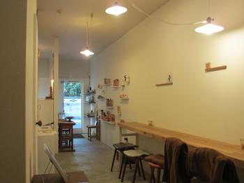 細長い店内はカウンターが5席、奥に2人用のテーブルがあり喫茶室となっています。出されるのは紅茶とソフトドリンクのみ。(コーヒーは扱っていません)