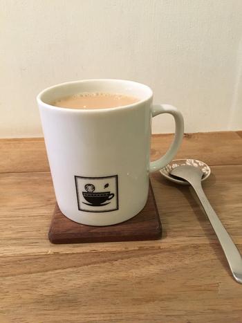 こだわりのミルクティー。マグカップに書かれたこけしのイラストがほっこり可愛いですね。茶葉の販売もしていて、オリジナルの「Sunday Sunny Milktea」の紅茶も買うことができます。