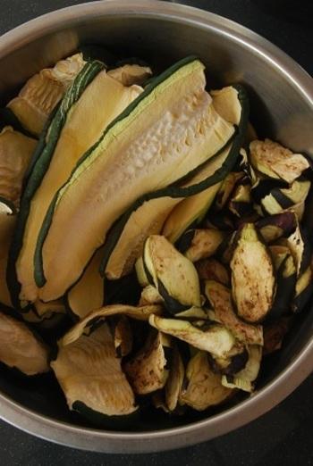 ズッキーニは、干すと甘みが増して、食感までコリコリに。炒め物に使った時に、水っぽくならずにサッパリした仕上がりになるんです。