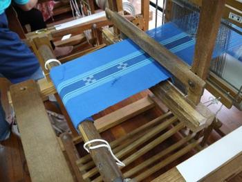 八重山の伝統工芸「八重山ミンサー」を次世代に残そうと設立された「あざみ屋・みんさー工芸館」では、昔ながらの手織りを体験することができます。縦糸と横糸に思いを込めて丁寧に織り上げる伝統工芸に触れてみませんか?