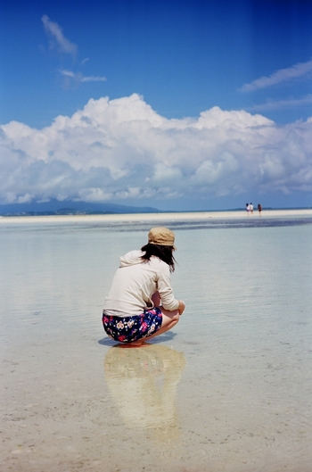 星の形をした砂が見つかることも♪貝殻やシーグラスを探してのんびり散歩するのも楽しいですね◎