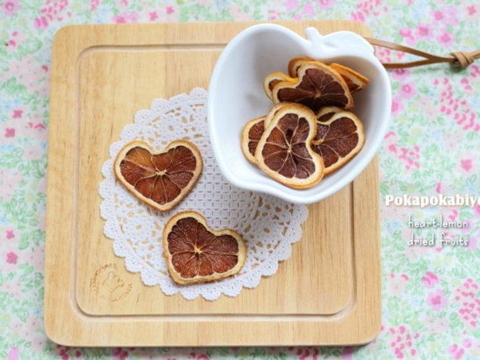 スライスしたレモンをハート型に仕上げたドライフルーツ。アイスクリームなどのトッピングにしたら可愛い♪