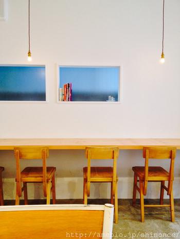 奥行きがある店内には、手作り感のある白木のテーブル・椅子のカウンター席が4つ、テーブル席が4つ。棚には、ベトナム関連の本が並んでいます。