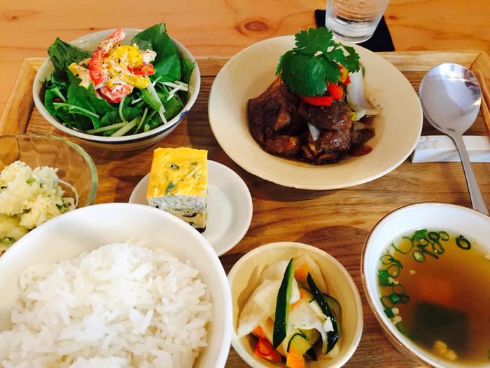 ランチにはメインの他に、ベトナムの卵焼きやサラダ、スープなどの小鉢が付いてきます。バランスがとっても良いですね。