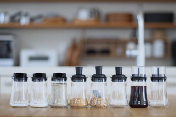 iwakiの調味料ボトル。用途に応じて蓋の部分の形は違いますが、ガラス部分はすべて同じサイズなので並べてみるとスッキリと統一感があります