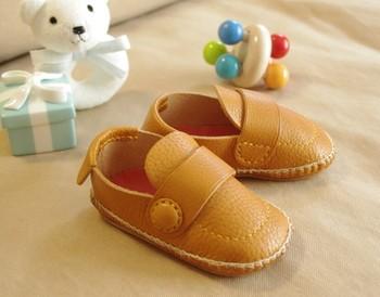 赤ちゃんが初めて履いた靴はファーストシューズとして記念にとっておくことも多いと思いますが、こちらはもうひと工夫。
