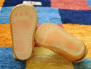 裏面はインクが写る皮革でできていて、赤ちゃんの足裏にインクをつけて押さえると、きれいにスタンプできるのだそうです。こんな可愛い足型付きなら、ますます大切な宝物になりますね。