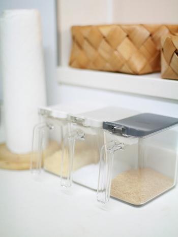 砂糖など頻繁に使うものは、手の届く場所に置いておきたいもの。sarasa design storeのスパイスコンテナは、細身のシンプルなデザインと使い勝手を兼ね備えています。