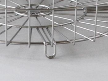 足がついているので、かごに入れた服が床に直接つくことも防いでくれます。