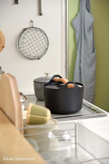 鉄鍋なので重さもあるしお手入れもそれなりに必要となりますが、それでもお料理の出来具合を考えると自然に手が伸びてしまうとか。木製の持ち手が使っていくうちに、どんどん味が出てくるのが楽しみだそうです。