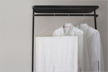 大判のバスタオルを干せる、ハンガーも便利です。折り畳み式でコンパクトになるので、旅先に持っていくのも◎