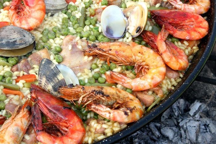 テーブルの真ん中にあるだけで華やかな印象を演出してくれるスペインの代表的な料理、パエリア。