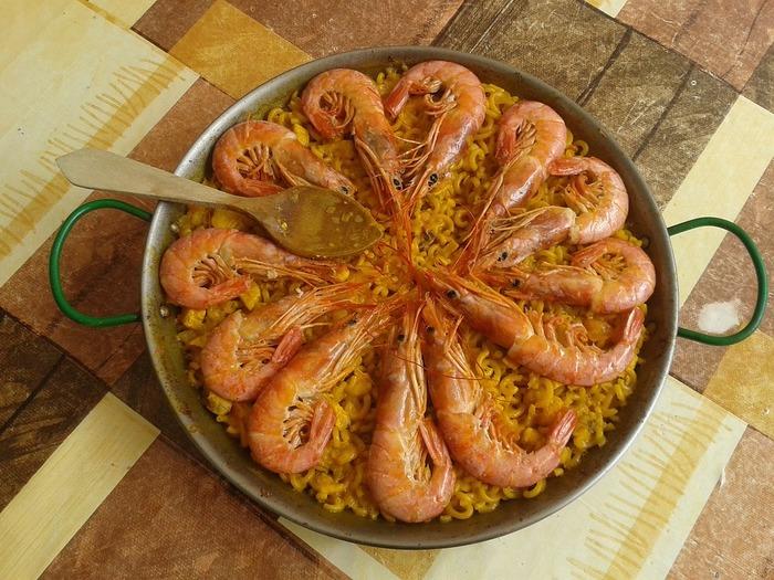 こちらがいわゆる「パエリア鍋」。お皿のように浅く、両手用の持ち手がついているのが特徴です。
